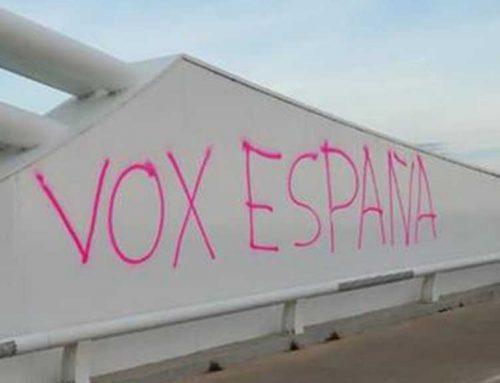El 'Pont lo Passador' s'aixeca ple de pintades de VOX